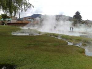Los Baños del Inca. Dampf steigt aus einigen Steinbecken auf.