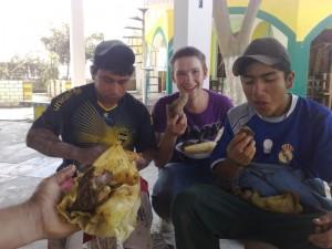 Drei Personen beim Essen von Pachamanca