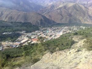 Blick auf Paricacoto, ein kleines Dorf von Bergen umgeben