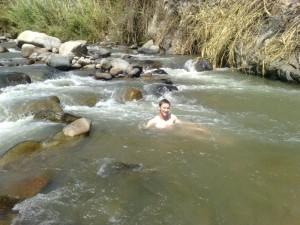 Joo im Fluss badend