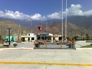 Der Hauptplatz Pariacotos mit einem Brunnen, im Hintergrund das Rathaus