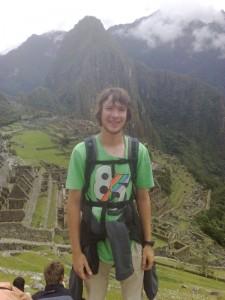 Joo im Vordergrund, im Hintergrund Blick über Machu Picchu