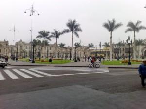 Der Hauptplatz Limas, im Hintergrund weiße Kolonialbauten