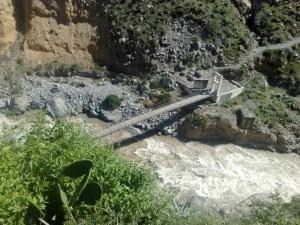Wanderweg über eine Brücke im Cañon de Colca