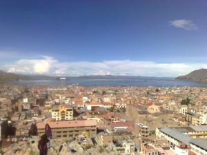 Blick über Puno, im Hintergrund er Titicaca-See